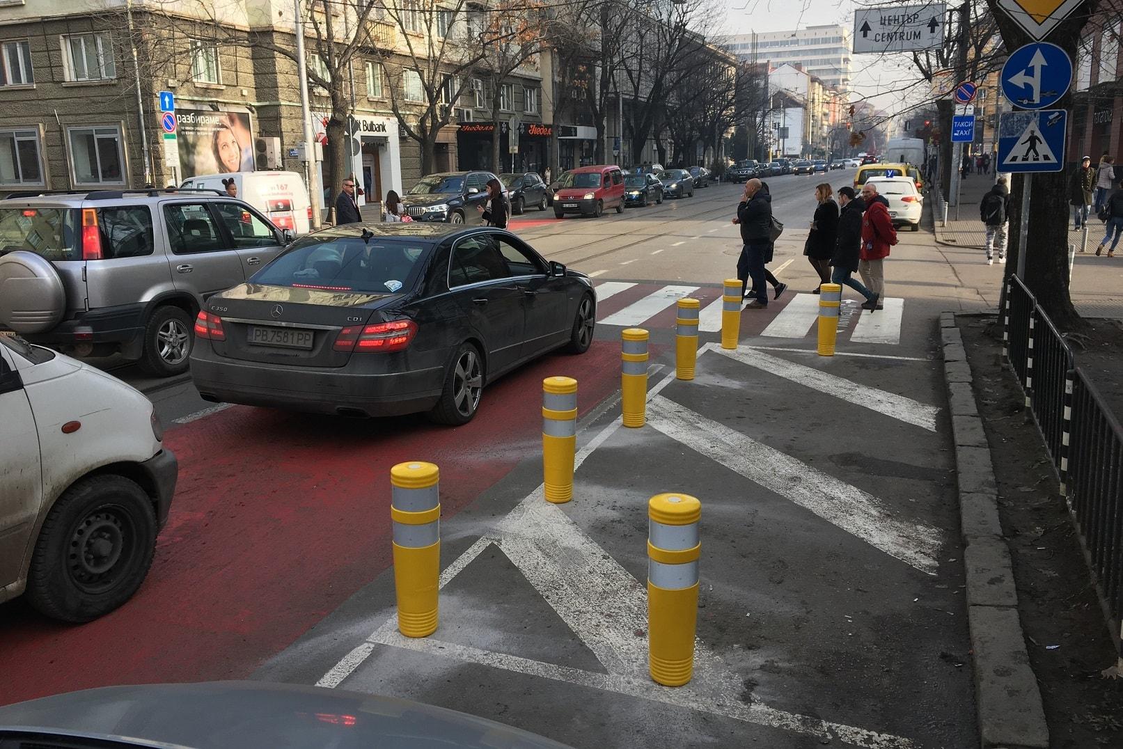 Жълти гъвкави стълбчета делинеатор NOVA преди пешеходна пътека за осигуряване на видимост