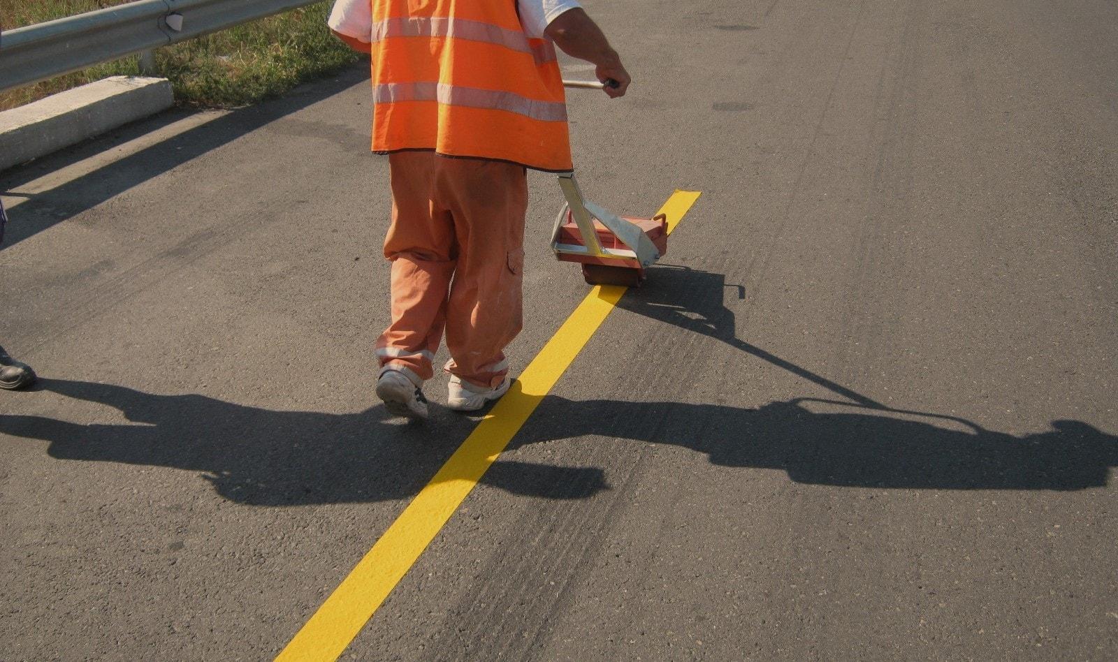 Полагане на лента за временна пътна маркировка оранжев цвят