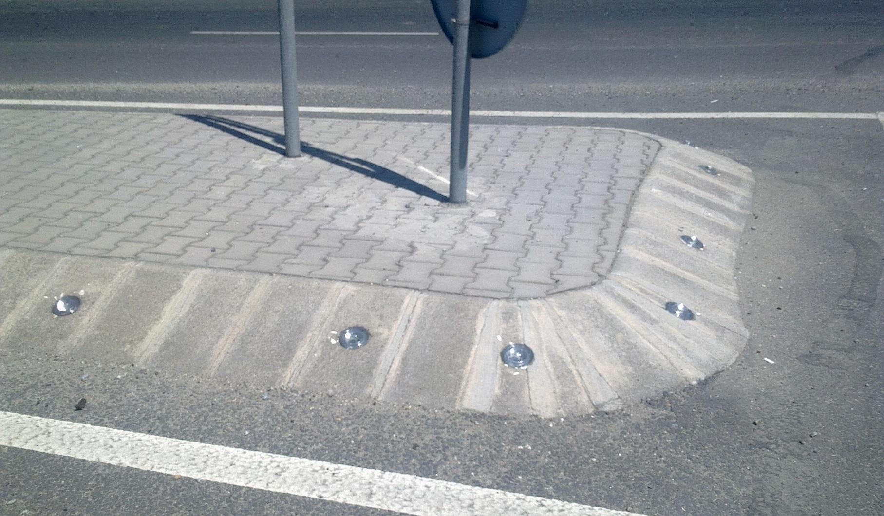 Пътни кабари от закалено стъкло поставени на бетонов бордюр остров