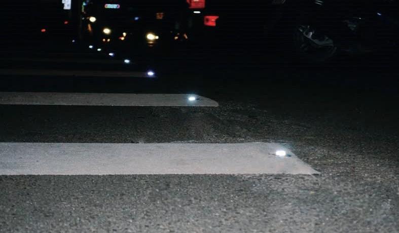 Пътни кабари от закалено стъкло на пешеходна пътека