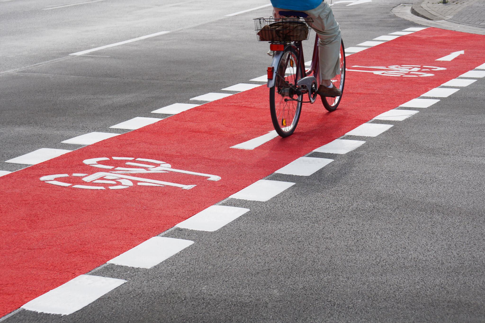Противохлъзгаема червена пътна маркировка за велоалея
