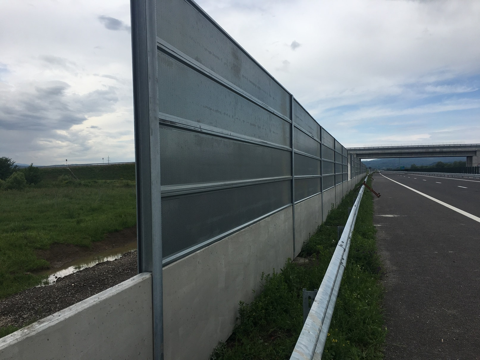 Шумозащитна стена на автомагистрала