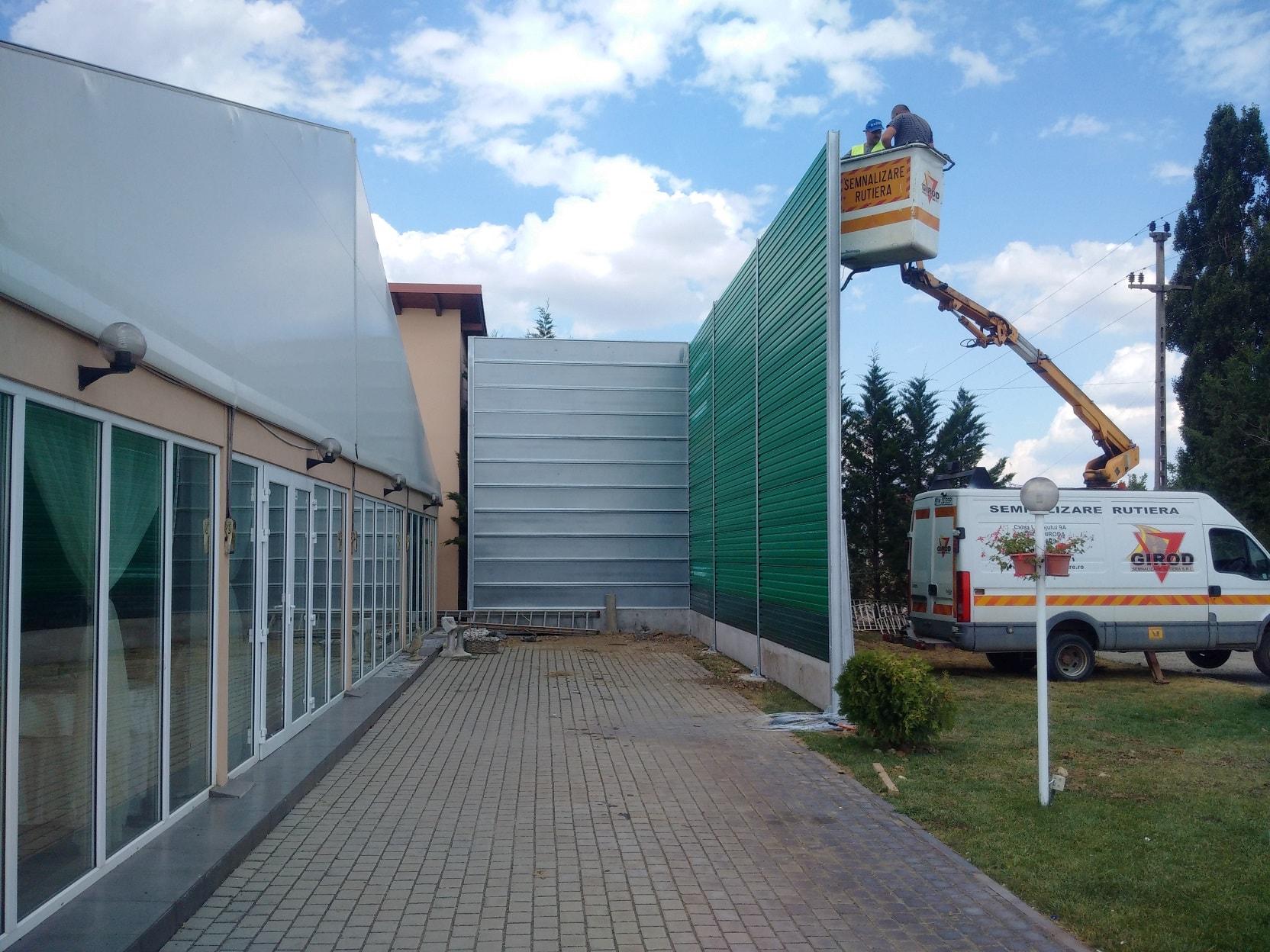 Монтаж на шумозащитна стена за ограничаване на шума от заведение