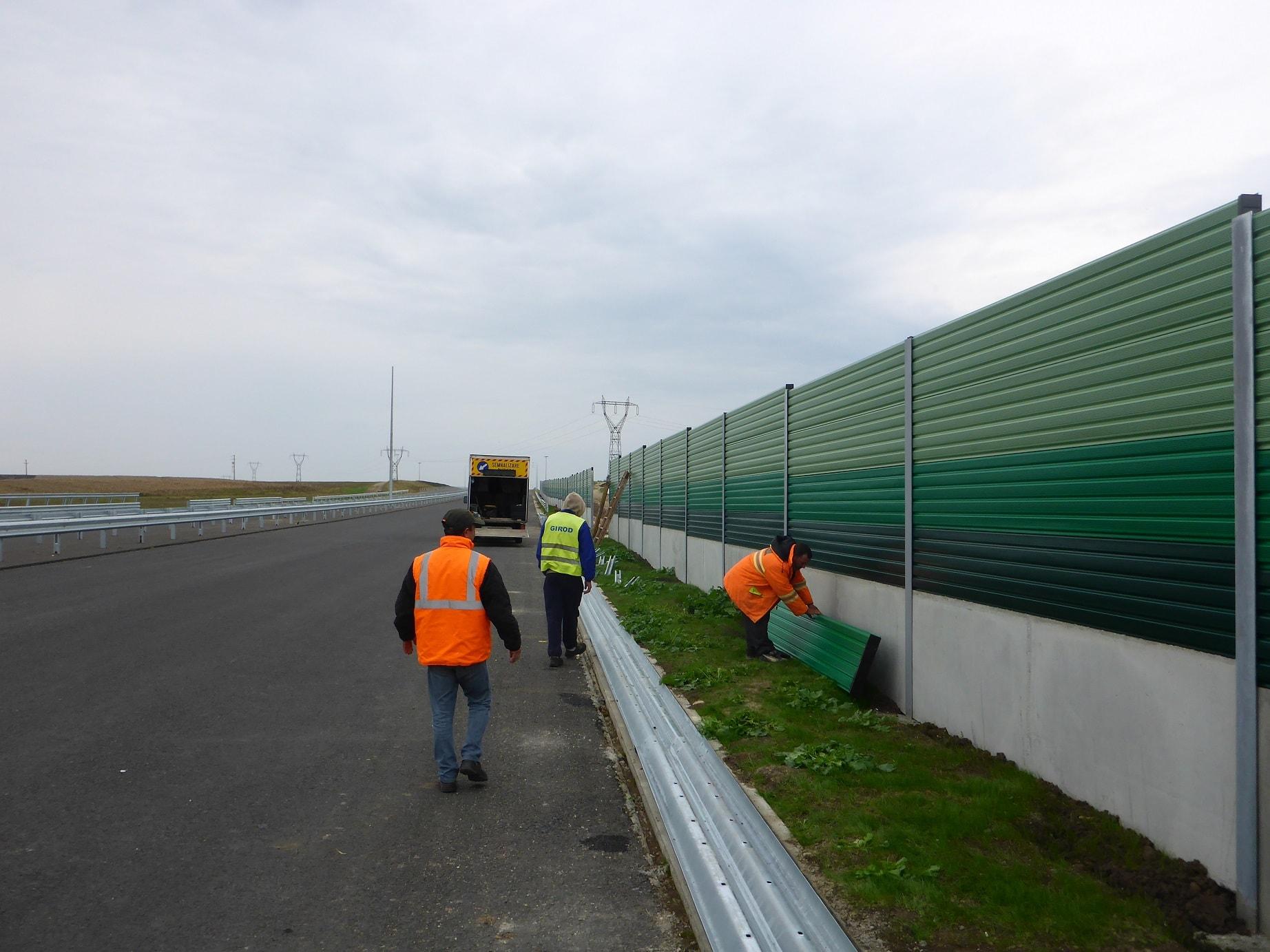 Цветна шумозащитна стена на автомагистрала