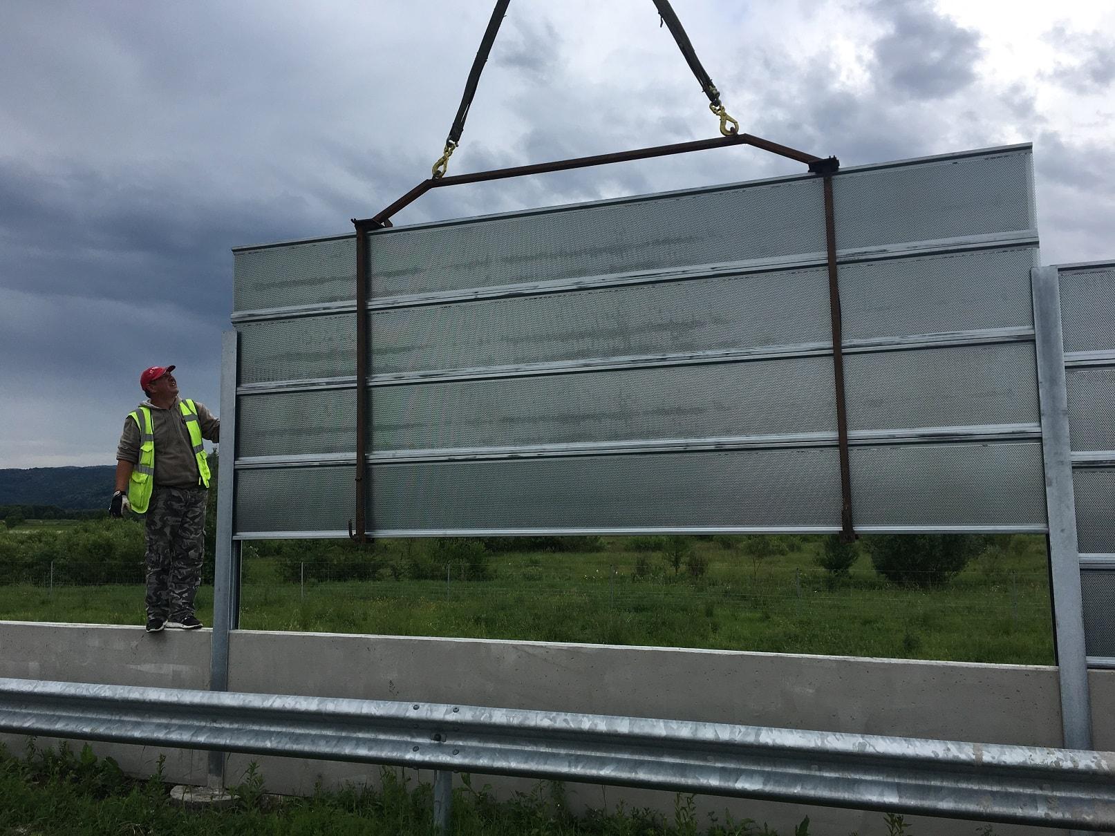 Монтаж на перфорирани панели на шумозащитна стена на автомагистрала