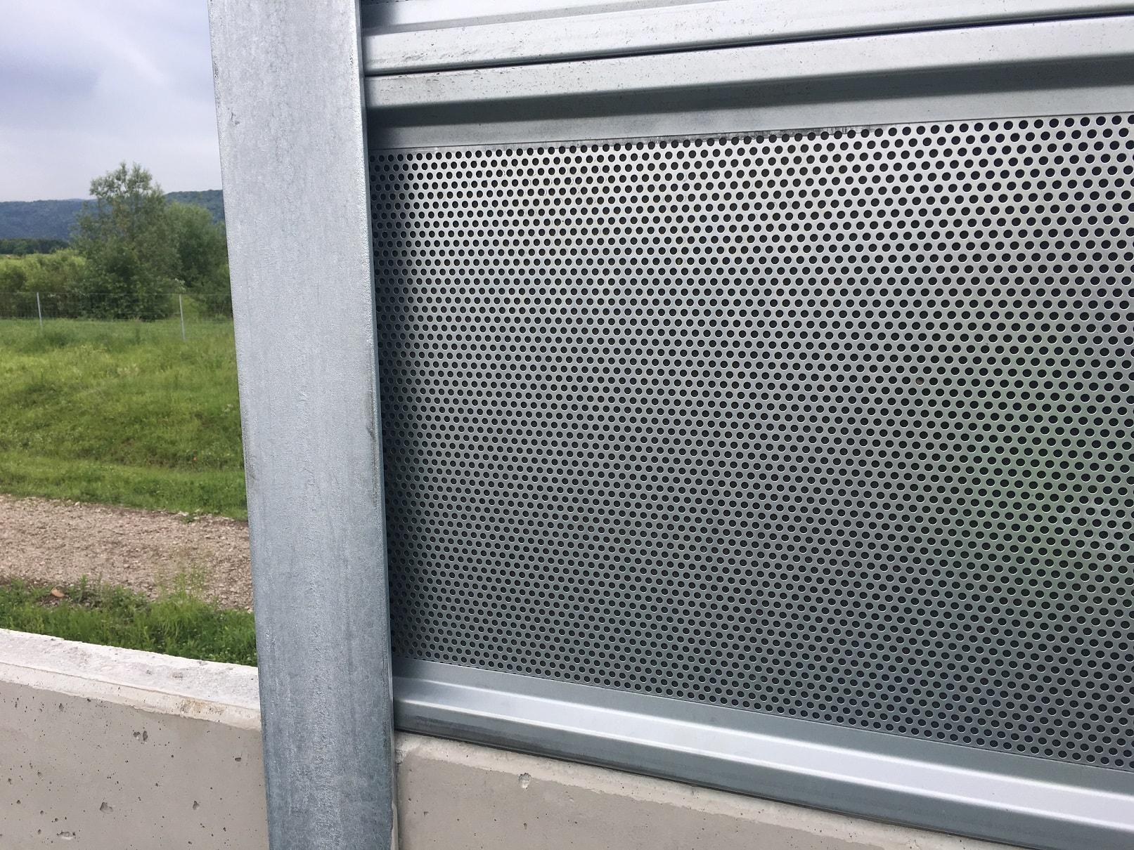 Перфорирани панели на шумозащитна стена на автомагистрала