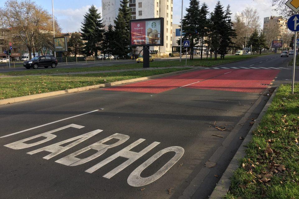 Обезопасяване на опасна пешеходна пътека в Бургас с червена противохлъзгаема маркировка и надписи БАВНО
