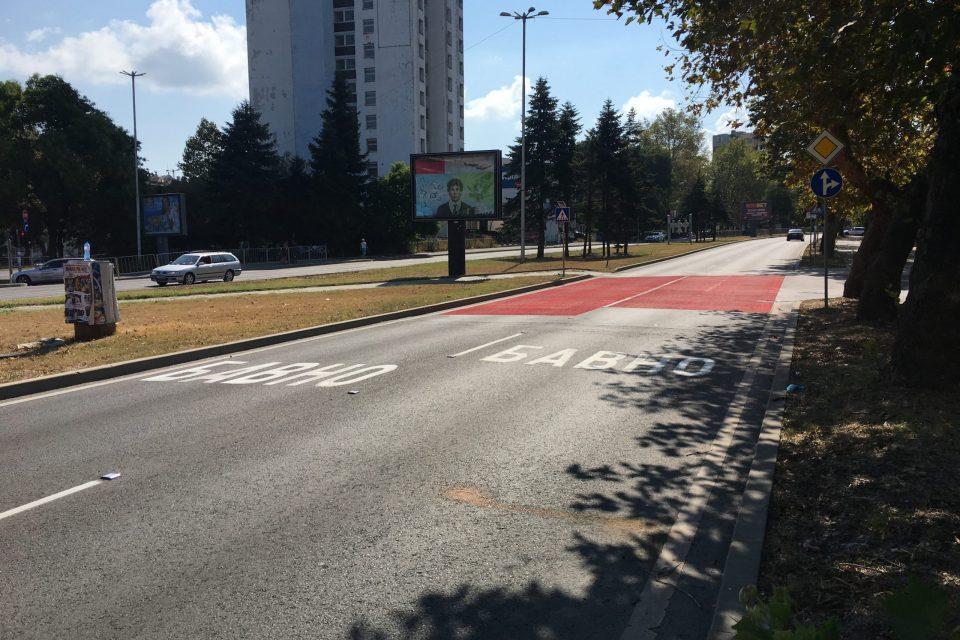 Противохлъзгаема маркировка червена и символи от термопластик БАВНО за опасна пешеходна пътека в Бургас